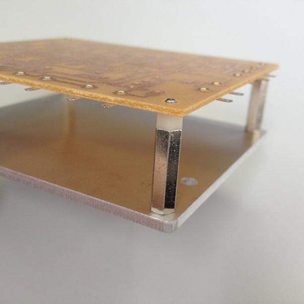 基板を裏返しても部品が床面に触りません